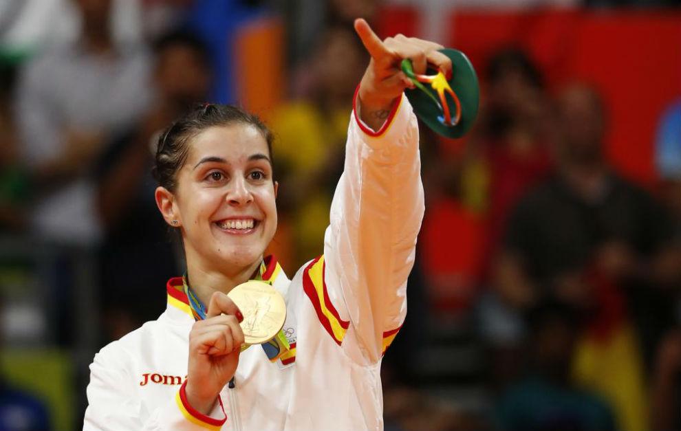 Carolina Marín recibiendo la medalla de oro