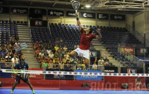 Fernando Poggi salta para alcanzar una bola en su partido junto a...