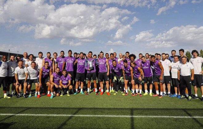 Cristiano con sus compañeros y el trofeo a mejor jugador de Europa