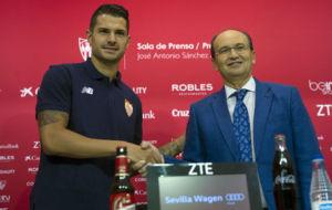 Vitolo y Jos� Castro se estrechan la mano en el acto de la...