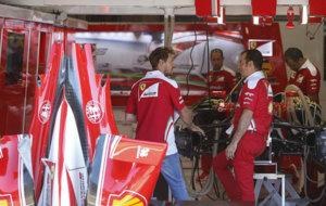 Vettel, en el 'box' de Ferrari con su monoplaza desmontado.