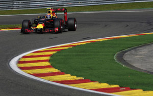 Verstappen pilota su Red Bull en Spa-Francorchamps.