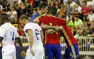 Los jugadores espa�oles celebran uno de los goles ante Portugal.