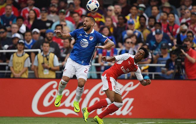 Dempsey, de azul, durante el partido de las Estrellas de la MLS ante...
