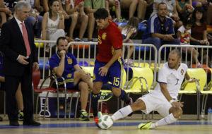 Jos� Venancio L�pez observa una jugada durante el Espa�a-Portugal.