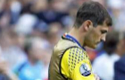 Casillas, abandonando el terreno de juego tras la eliminaci�n de...