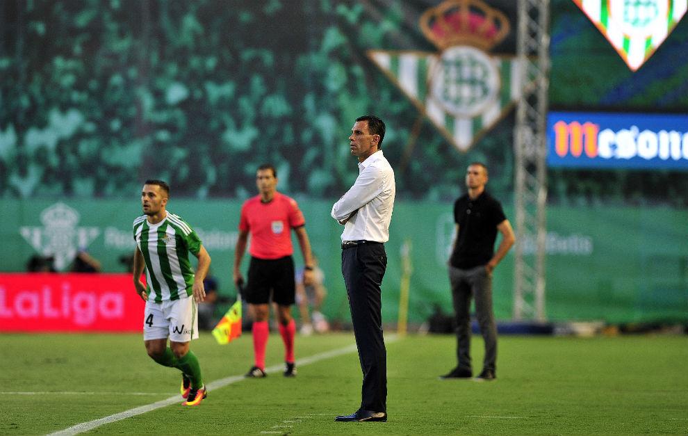 Gustavo Poyet observa desde la banda el partido ante el Deportivo.