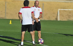 Jorge Sampaoli charla con Juanma Lillo durante un entrenamiento.
