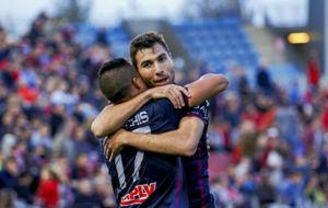 Morillas celebra un gol con Machis en un partido del a�o pasado.