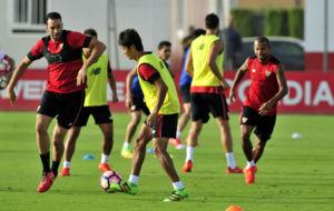 Adil Rami se mide a Kiyotake en un entrenamiento.