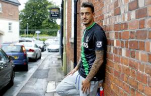 Joselu, en un reportaje para MARCA con la camiseta del Stoke