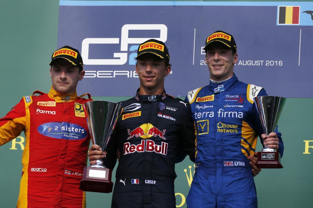 De izquierda a derecha: Jordan King, Pierre Gasly y Alex Lynn.