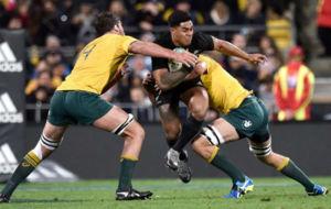 Malakai Fekitoa (NZL) placado por Dean Mumm y Kane Douglas (AUS)