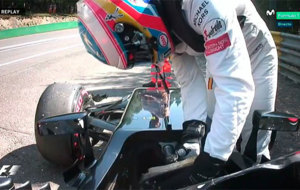 Alonso sale de su monoplaza tras recorrer 200 metros en la sesi�n de...