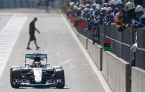 Lewis Hamilton pilota su Mercedes en Spa.
