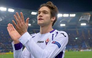 Marcos Alonso aplaude a la afici�n de la Fiorentina