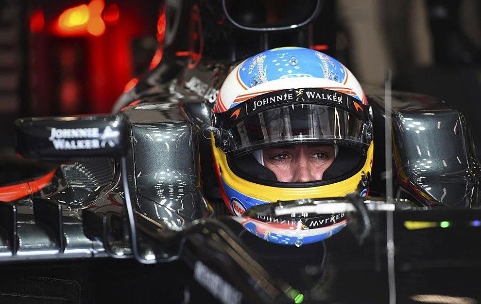 Alonso, montado en su McLaren Honda.