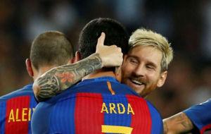 Leo Messi felicita a Arda Turan durante un encuentro