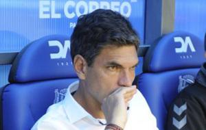 Pellegrino observa el partido desde el banquillo de Mendizorroza.