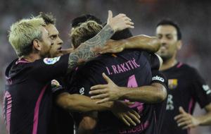 Los jugadores azulgranas se abrazan a Rakitic celebrando el gol.