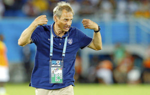 J�rgen Klinsmann gesticula durante un partido con la selecci�n de...