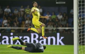 Sansone salta por encima de Sergio Rico.