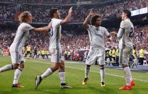 Modric, Asensio y Marcelo felicitan a Morata por su gol.