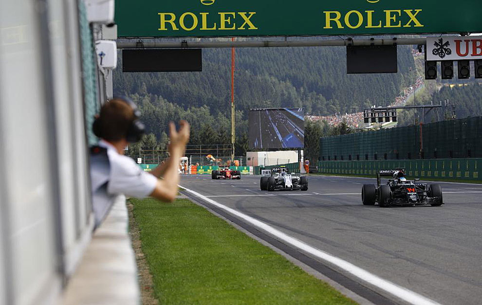 Un integrante de McLaren felicita a Alonso por su séptima posición.