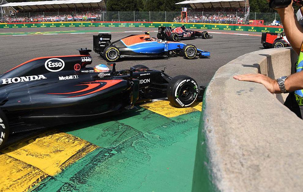 Alonso progresa por el interior en la salida ante Ocon y Kvyat.