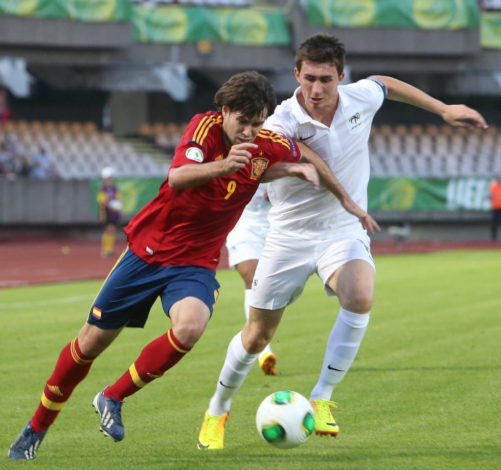 Laporte e Iker Hernández luchan por un balón en un Francia-España...