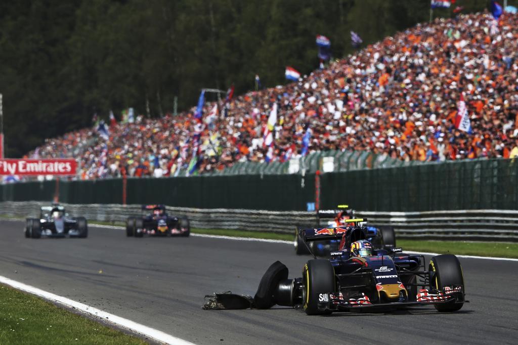 Carlos Sainz, con el neumático trasero derecho desintegrado.