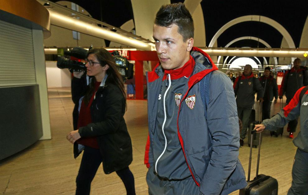 Yevhen Konoplyanka, en el aeropuerto de Sevilla.
