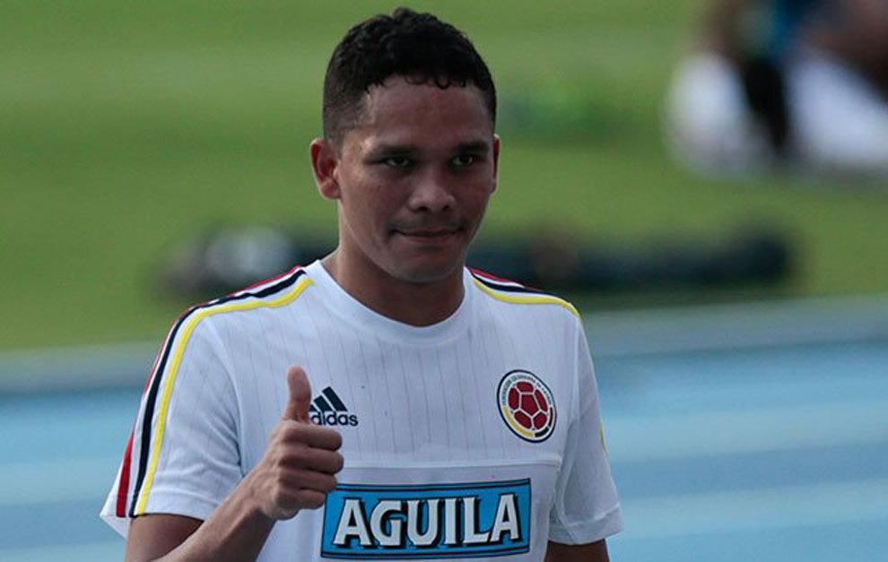 Carlos Bacca saluda en un entrenamiento con Colombia.