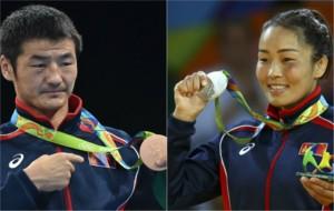 Otgondalai Dorjnyambuu y Sumiya Dorjsuren, con sus medallas