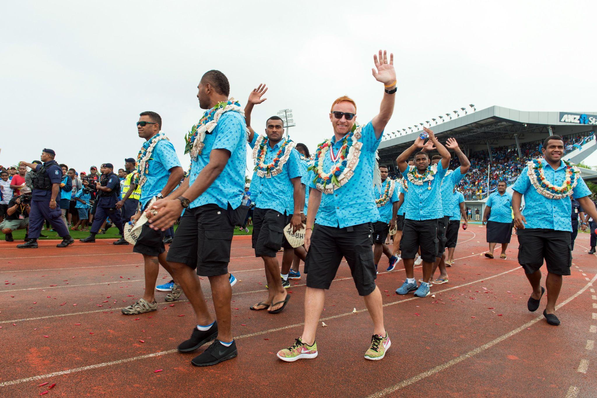 Ben Ryan y los jugadores, durante el homenaje recibido en Fiyi.