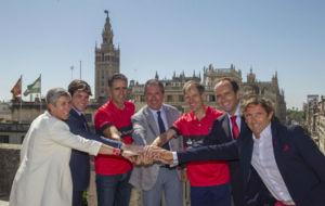 Miguel Indurain, con Abel Ant�n y los organizadores del triatlon...