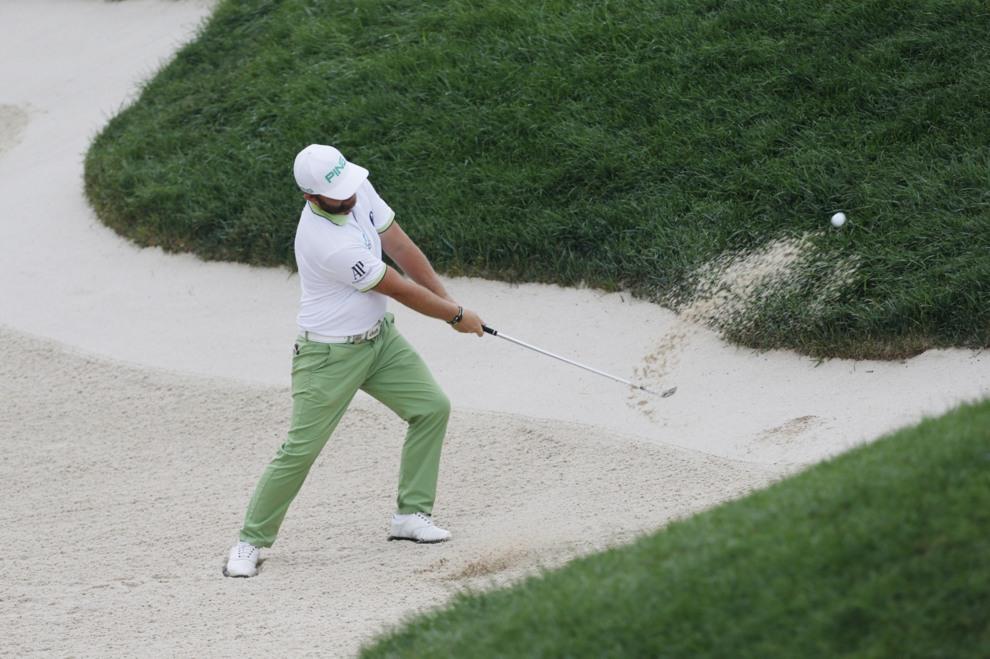 Andy Sullivan saca la bola del bunker en el PGA Championship.