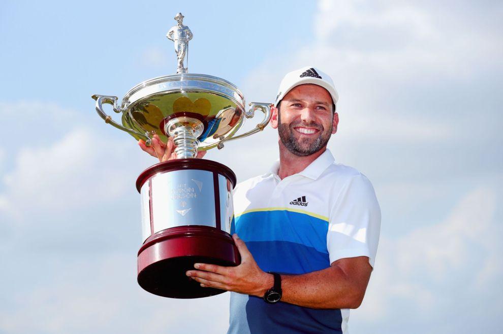 Sergio García sujeta el trofeo del Byron Nelson.