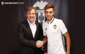 Munir (20) junto al director deportivo del Valencia, Suso Pitarch...