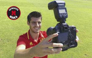 Morata se hace un 'selfie' con la c�mara de MARCA