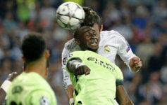 Mangala intenta evitar el remate de Bale en el partido de la Liga de...