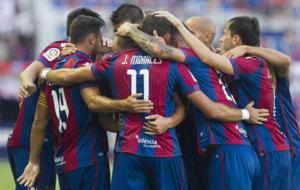 Los jugadores del Levante celebrando un tanto