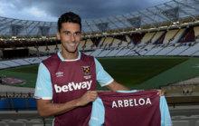 Arbeloa posa con la camiseta del West Ham.