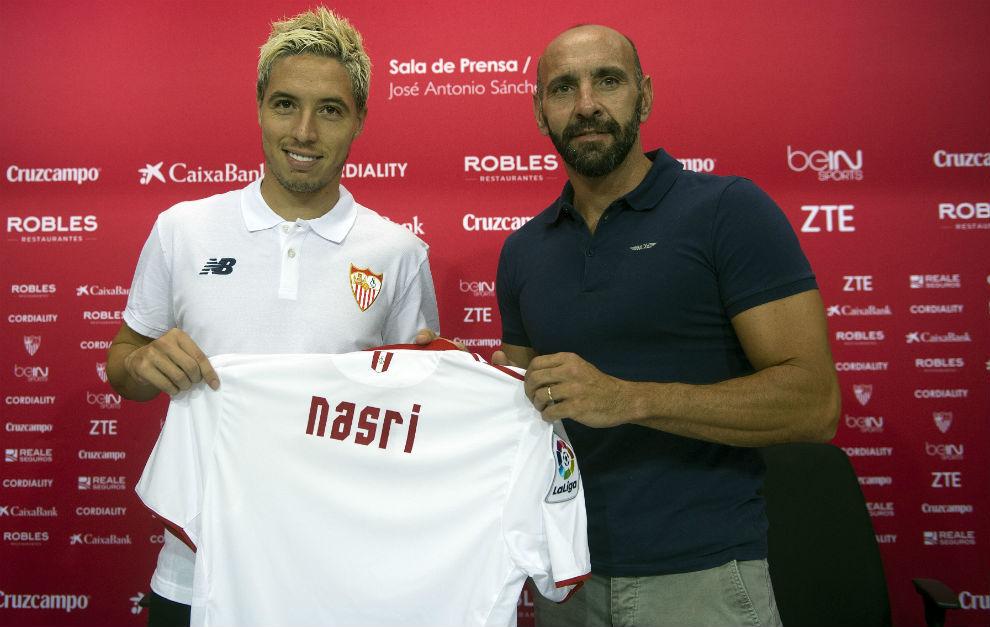 Nasri y Monchi posan con la camiseta del nuevo jugador del Sevilla.