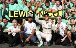 El equipo Mercedes, celebra el resultado obtenido en Spa