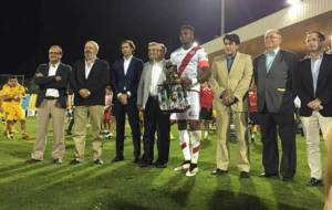 Manucho recibe el trofeo que acredita al Rayo campe�n del Trofeo...