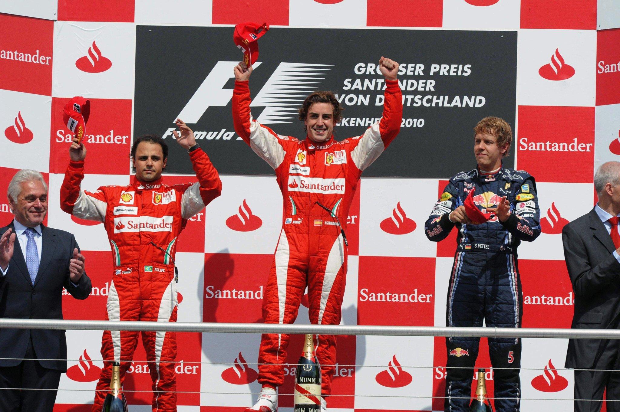 Massa, muy serio en el podio tras tener que dejar pasar a Alonso.