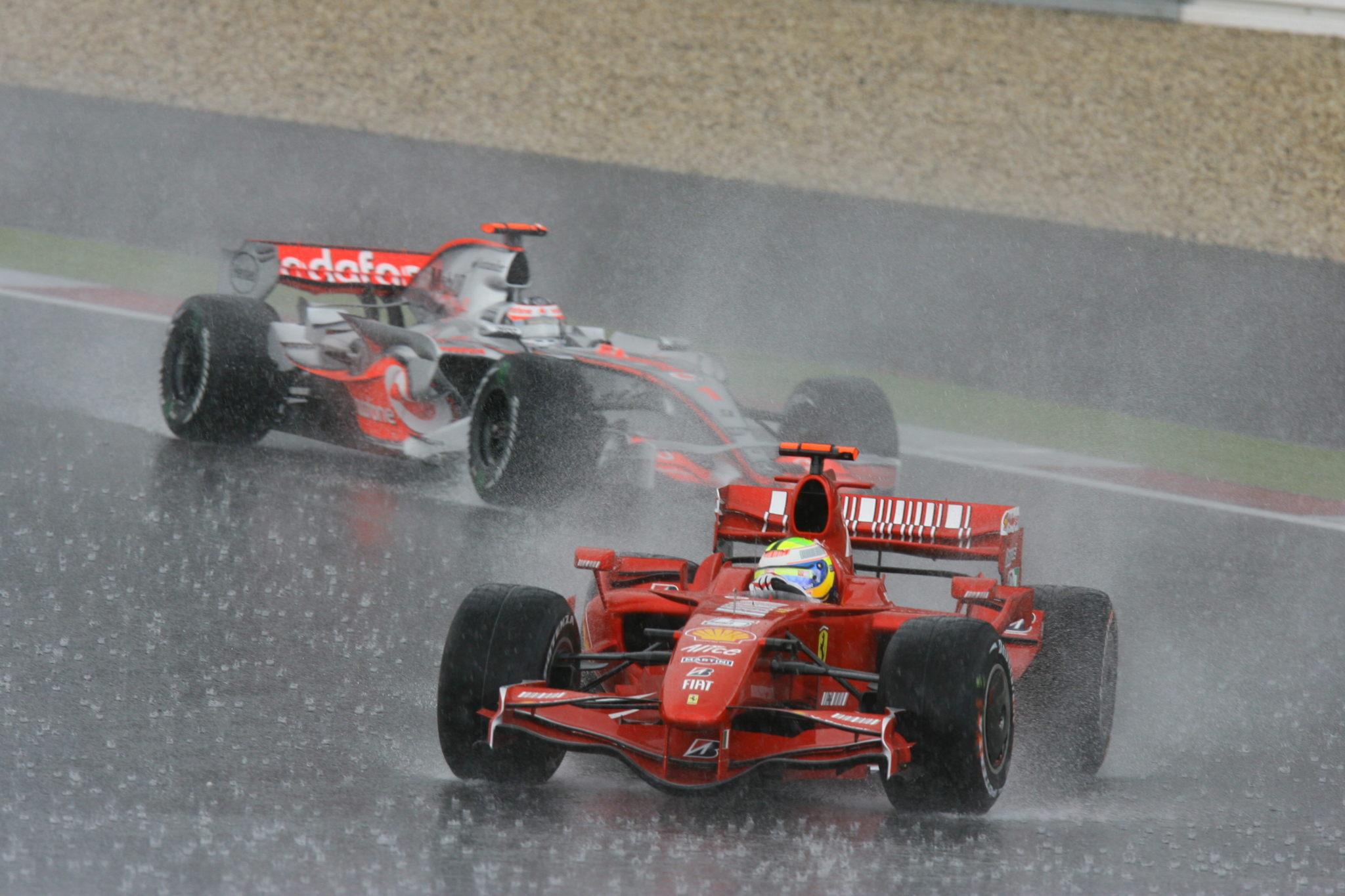 Massa y Alonso batallando en Nurburgring antes de su pique en 2007