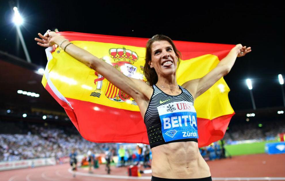 Ruth Beitia celebra la victoria en Zúrich con la bandera española