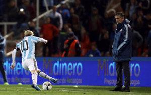 Bauza observa a Messi durante el encuentro ante Uruguay.